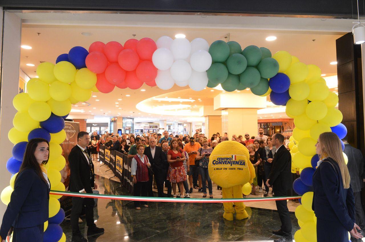 Inaugurato il primo maxi store centro convenienza arredi for Convenienza arredi